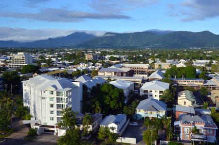 clima tropical: Cairns, AUS - 15 Abr 2016: Vista a�rea de Cairns, 5� ciudad m�s poblada de Australia Queensland y un turista populares destino de su viaje por su clima tropical y el acceso a la Gran Barrera de Coral. Editorial