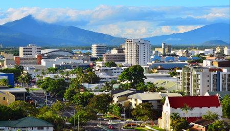 clima tropical: Cairns, AUS - ABR 18 de 2016: Vista aérea de Cairns, 5ª ciudad más poblada de Australia Queensland y un turista populares destino de su viaje por su clima tropical y el acceso a la Gran Barrera de Coral.