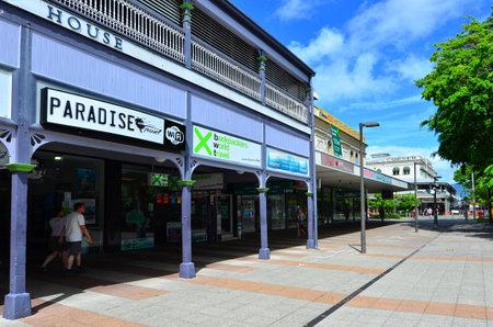clima tropical: Cairns, AUS - 14 de abril 2016: Cairns paisaje urbano, la quinta ciudad más poblada de Australia Queensland y un turista populares destino de su viaje por su clima tropical y el acceso a la Gran Barrera de Coral.