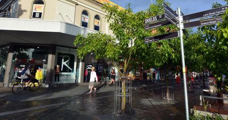 clima tropical: Cairns, AUS - 14 de abril 2016: centro de la ciudad de Cairns, la quinta ciudad más poblada de Australia Queensland y un turista populares destino de su viaje por su clima tropical y el acceso a la Gran Barrera de Coral