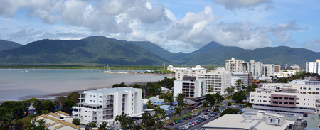 clima tropical: Cairns, AUS - 14 de abril 2016: Vista a�rea de Cairns, 5� ciudad m�s poblada de Australia Queensland y un turista populares destino de su viaje por su clima tropical y el acceso a la Gran Barrera de Coral.