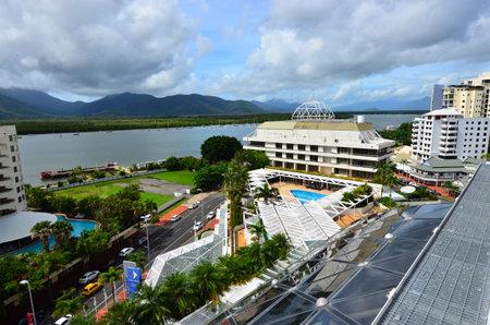 clima tropical: Cairns, AUS - ABR 22 de 2016: Vista aérea de Cairns, 5ª ciudad más poblada de Australia Queensland y un turista populares destino de su viaje por su clima tropical y el acceso a la Gran Barrera de Coral.