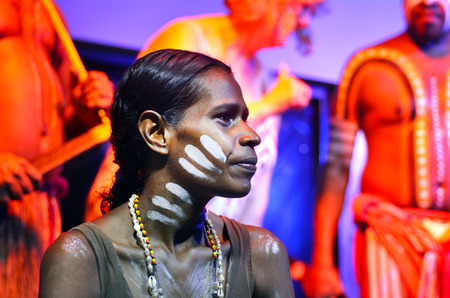 Yirrganydji 원주민 여자와 남자 퀸즐랜드, 호주에서 문화 쇼 중.