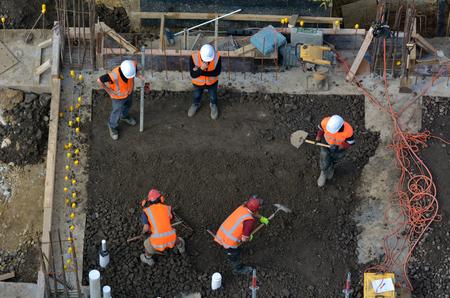 Luftaufnahme zum Bau von Baustellenpersonen Nivellierung Zement in Baustelle Standard-Bild