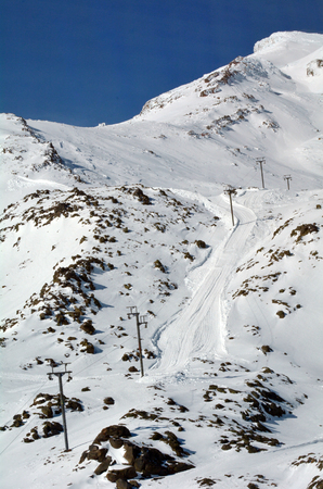 tongariro national park: Ski lift to the top of Mount Ruapehu ski field, the highest mountain in the North Island of New Zealand (2020m above sea level) located in Tongariro National Park.
