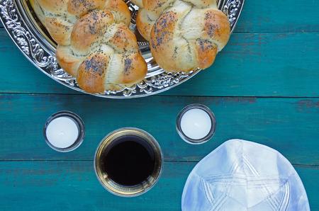 밝혀낸 challah 빵, 안식일 양 초 및 Kiddush 와인 컵 유대인 안식일 저녁 식사의 평면 누워보기. 사본 공간