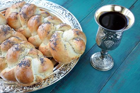 노출 된 challah 빵과 키뒤시 와인 한잔과 함께 안식일 이브 테이블의 오버 헤드보기. 스톡 콘텐츠