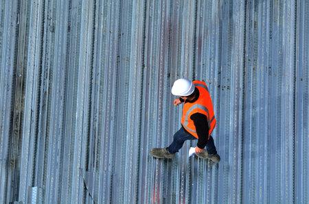 Luchtmening van niet erkende civiels-ingenieurs die de het werkvooruitgang in een bouwwerf inspecteren. Bouwen ontwikkelingsconcept met kopie ruimte