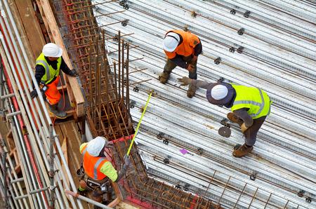 인식 할 수없는 토목 기술자의 공중보기 지붕 건설 노동자 건설 현장에서 작동합니다. 복사본 공간으로 건물 개발 개념