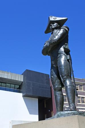 bounty: Capitán Bligh estatua en las rocas en Sydney Australia.Best recordado por el motín histórico que se produjo durante su mando del HMS Bounty en 1789