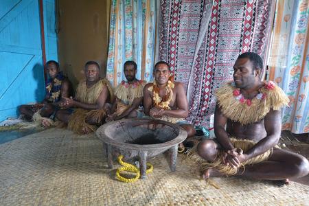 Indigene Fidschianer Männer in traditionellen Kava-Zeremonie in Fidschi teilnehmen. Der Verbrauch des Getränks ist eine Form der Begrüßung und Zahlen in wichtigen gesellschaftspolitischen Veranstaltungen.