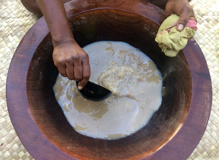 전통 카바는 피지의 전국 음료입니다. 카바 (Kava)는 가루로 만든 고추 식물의 뿌리와 물을 혼합하여 만든 마약 음료로 마비 느낌과 이완감을 유발합니 스톡 콘텐츠