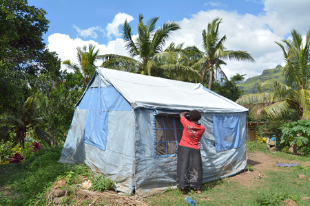 BA, FIJI - 30 DICEMBRE 2016: Vittima di Cyclone Winston vive in tenda UNICEF nel villaggio di Navala. Le Figi lottano per ricostruire un anno dopo che la tempesta tropicale di Cyclone Winston ha devastato il paese a febbraio 2016.