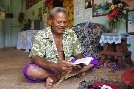 Einheimischer Fidschianer liest die Bibel in seinem Haus in Fidschi. Fidschi wurde im 19. Jahrhundert christianisiert. Heute gibt es in Fidschi verschiedene christliche Konfessionen, die meisten davon sind Methodisten. Standard-Bild - 71021202