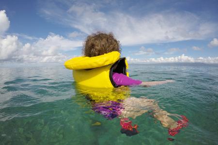 小さな子供 (3 歳女の子) 海で一人でライフ ジャケット浮遊します。保険の概念の実質の人々 にコピー スペースを旅行します。 写真素材