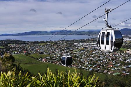 뉴질랜드 북섬 중앙의 로토루아 호수와 도시 위에 케이블카를 타십시오.