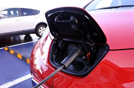 急速な電気自動車充電ステーションで充電する電気自動車。