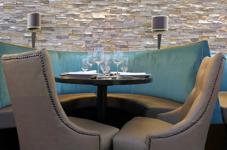 Rea de mesa de estar de la cabina del restaurante lista para la cena de lujo. Foto de archivo - 84076708