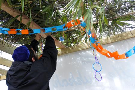 仮庵の祭り仮庵の祭りの Sukkah、集合の饗宴またはブースの饗宴を飾るユダヤ人の正統派男。コピー スペース