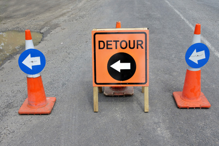 Detour sign during a road surface repairs a (normally temporary) route taking traffic around an area of prohibited or reduced access, such as a construction site. Foto de archivo