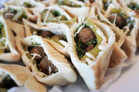 Falafel in Fladenbrot serviert auf einem Partytisch. Falafel ist ein traditionelles Essen aus dem Nahen Osten.