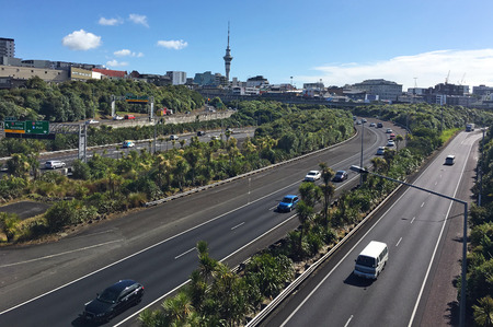 Aerial view of rush hours traffic on Auckland Central Motorway Junction Carrying around 200,000 vehicles a day, it is one of the busiest stretches of road in New Zealand. 免版税图像 - 115964832