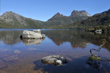 La vista horizontal del Parque Nacional Cradle Mountain-Lake St Clair Tasmania, Australia.