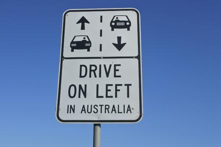 道路標識が読む:オーストラリアの左側にドライブ。 写真素材