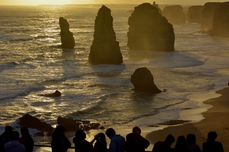Silhouette of Tourists looking at the Twelve Apostles Great Ocean Road in Victoria Australia Imagens