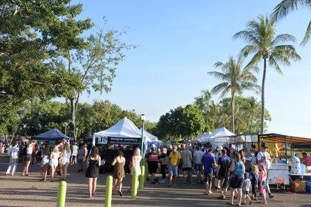 Darwin, Australia - June 23 2019: People shopping at Mindil Beach Sunset Market a very popular tourist attraction in Darwin Northern Territory Australia. 新聞圖片