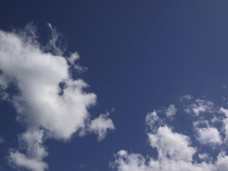 푸른 하늘 배경에 흰 구름을 쐈 어.