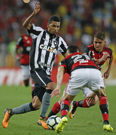 RIO DE JANEIRO, BRAZIL - AUGUST 23: Matheus Fernandes of Botafogo struggles for the ball with Cuellar and Para during a match between Flamengo and Botafogo part of Copa do Brasil Semi-Finals 2017 at Maracana Stadium on August 23, 2017 in Rio de Janeiro, B