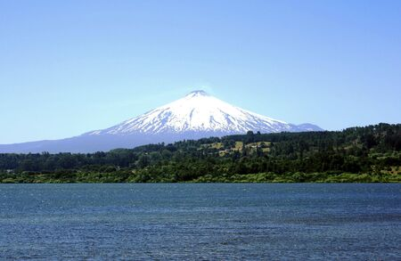 vulcano: Villarrica vulcano covered in snow