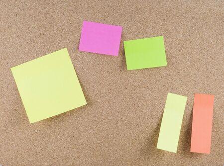 notas adhesivas: Coloridas notas adhesivas adjunta a una corkboard  Foto de archivo
