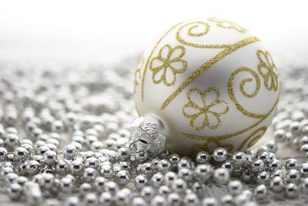 白い背景で隔離の銀のビーズとクリスマス ツリーのボール