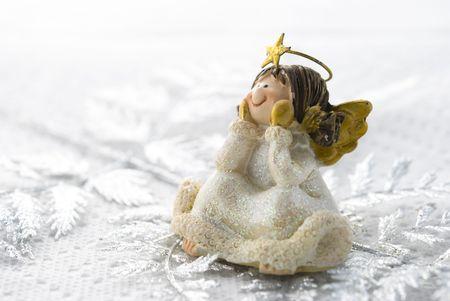 白い背景上に配置小さな天使のクリスマスの装飾 写真素材
