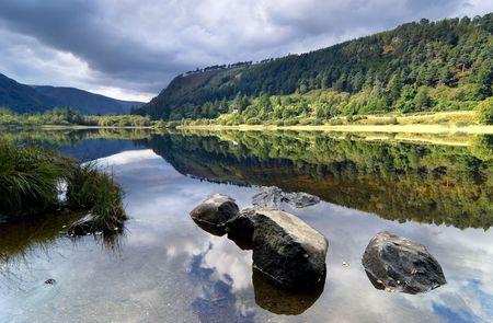 グレンダーロッホ風光明媚な公園、アイルランドのアッパー レイク 写真素材