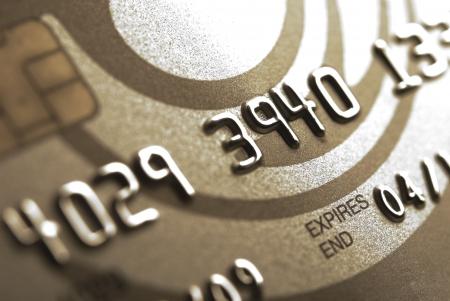 transaction: Details van een gouden credit card met chip en sommige nummers, ondiep DOF