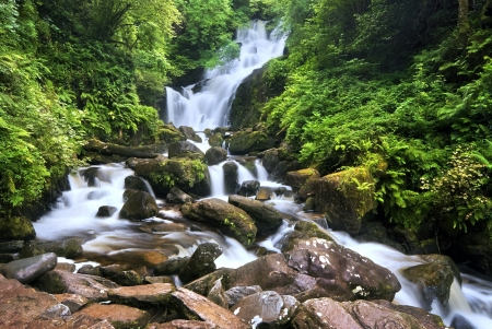 Waterval in Killarney National Park, County Kerry, Ierland, lange blootstelling