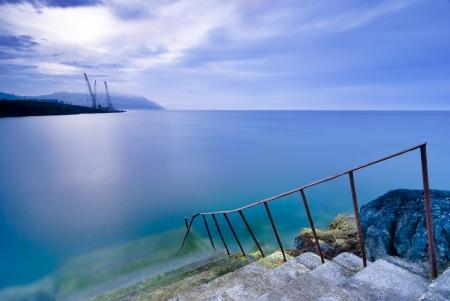 Stappen voor het water, lange blootstelling shot van de Ierse Zee baai, Greystones, Ierland Stockfoto