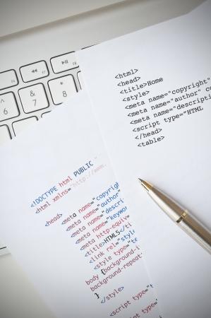コンピューターのキーボード、html スクリプトとボールペンと HTML のプログラミングの概念