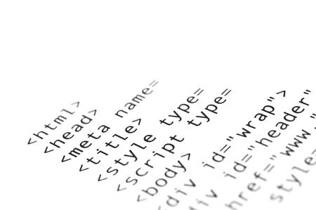 HTML-script gedrukt op wit papier met ondiepe scherptediepte