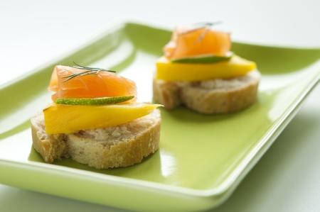Gerookte zalm voorgerecht met mango, limoen en dille