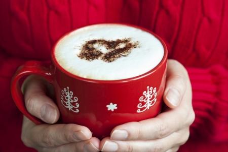 Witte koffie overgoten met hartvormige chocolade