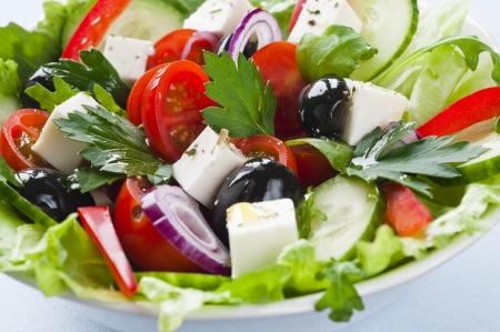 ensalada verde: Ensalada griega con queso feta, tomates cherry y aceitunas negras Foto de archivo