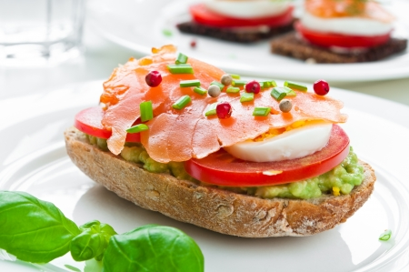 Sandwich met gerookte zalm, avocado, tomaat en ei