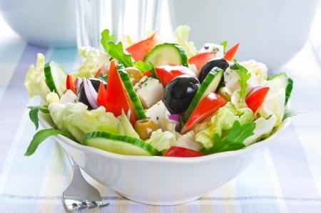 フェタ ・ チーズとブラックとグリーン オリーブのギリシャ風サラダ 写真素材