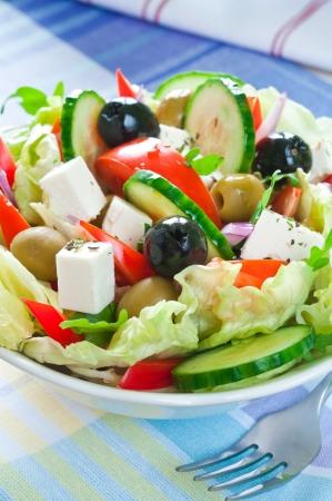 Griekse salade met feta kaas en zwarte en groene olijven Stockfoto
