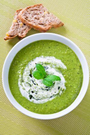 calabacin: Sopa de verduras frescas con crema y menta Foto de archivo