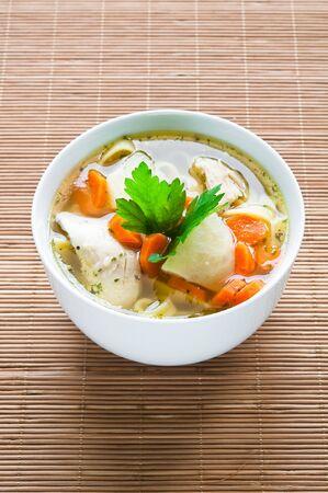 Kom kippensoep met groenten en noedels Stockfoto